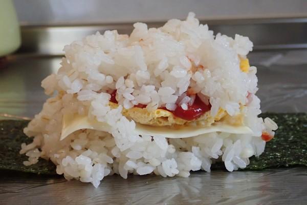SiSO-LAB☆増量おにぎらず、海苔1枚で大きく作ってみるよ。御飯と具でこんなにこんもり。