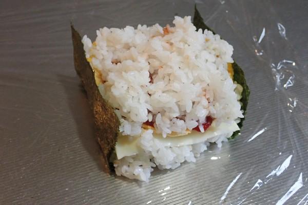 SiSO-LAB☆増量おにぎらず、海苔1枚で大きく作ってみるよ。でも、海苔1枚分で包んじゃう。