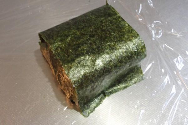SiSO-LAB☆増量おにぎらず、海苔1枚で大きく作ってみるよ。残りの海苔をかぶせるよ。