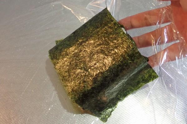 SiSO-LAB☆増量おにぎらず、海苔1枚で大きく作ってみるよ。ラップをつまんでクルっとひっくり返してね。
