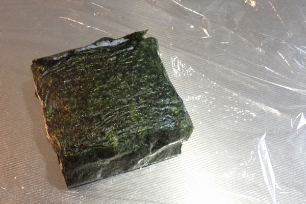 SiSO-LAB☆増量おにぎらず、海苔1枚で大きく作ってみるよ。ラップでさらに御飯を少し締めていきます。