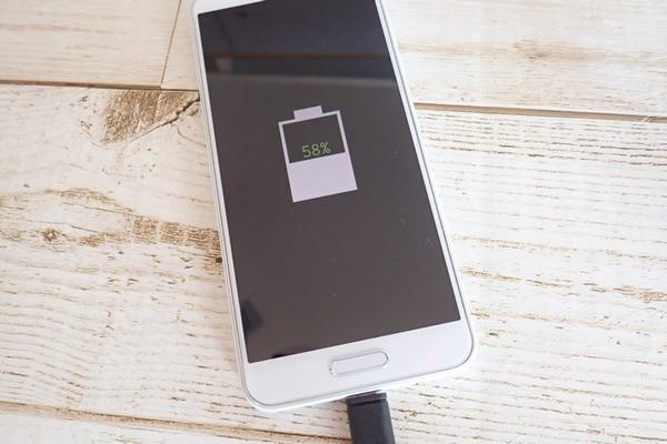 SiSO-LAB☆格安SIM、IIJmioでSHARP AQUOS sense plus SH-M07購入。初充電。ACアダプタ。バッテリー残量も表示されたよ!