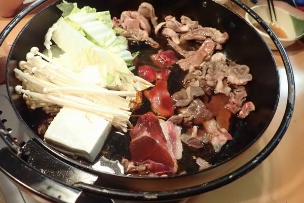 SiSO-LAB☆長崎県川棚町の天然猪肉1kgスライスで牡丹すき焼き。続いて鍋状態に。グツグツと。
