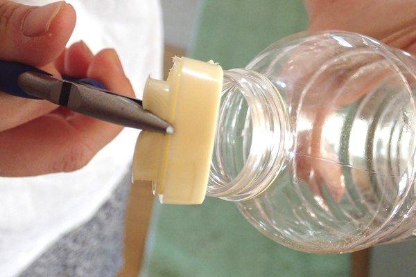 SiSO-LAB☆調味料のキャップとペットボトルを分離。キャップは端をペンチでつまむと外れるよ。