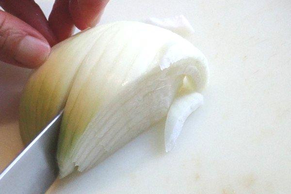 SiSO-LAB☆iふるさと納税ジビエ、シカ肉&イノシシ肉合挽ミンチでハンバーグ。玉ねぎをみじん切り。