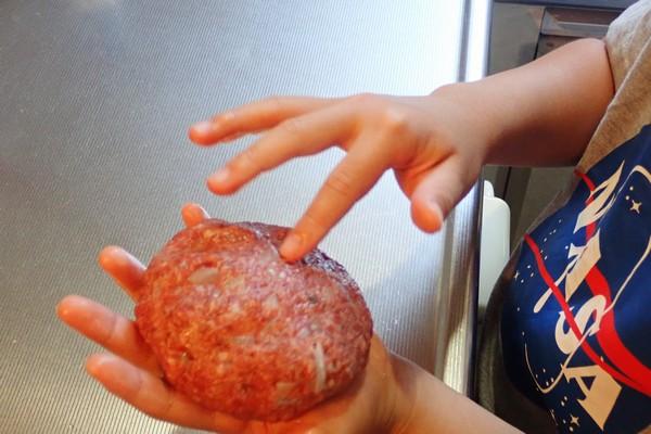SiSO-LAB☆iふるさと納税ジビエ、シカ肉&イノシシ肉合挽ミンチでハンバーグ。ハンバーグの形に整形。