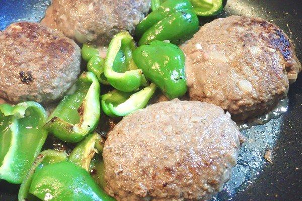 SiSO-LAB☆iふるさと納税ジビエ、シカ肉&イノシシ肉合挽ミンチでハンバーグ。ピーマンひっくり返す。