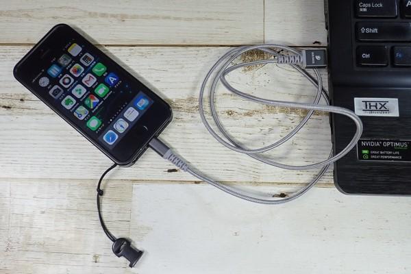 SiSO-LAB☆LOOF切れにくそうなiPhone用ライトニングケーブル。とりあえず、iPhoneに接続(ケースあり)。