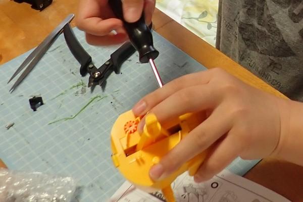 SiSO-LAB☆エレキット MR-9107 フォロ。2つのギヤボックスの合わせて胸パーツになるよ。タッピングビスで締め上げ。
