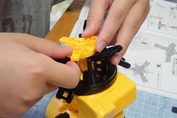SiSO-LAB☆エレキット MR-9107 フォロ。ギヤからの駆動を脚部に伝えるプレートの取り付け。