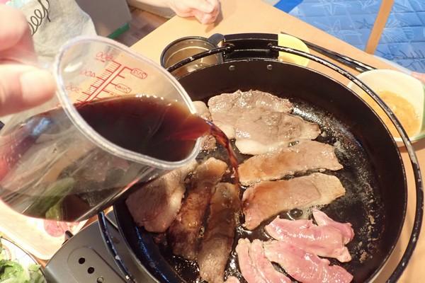 SiSO-LAB☆ふるさと納税・北海道鷹栖町・エゾ鹿肉モモスライスで紅葉すき焼き。割り下を加えるよ。