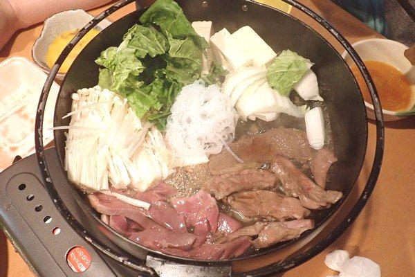 SiSO-LAB☆ふるさと納税・北海道鷹栖町・エゾ鹿肉モモスライスで紅葉すき焼き。後は割り下を足して野菜なども加えてぐつぐつ。