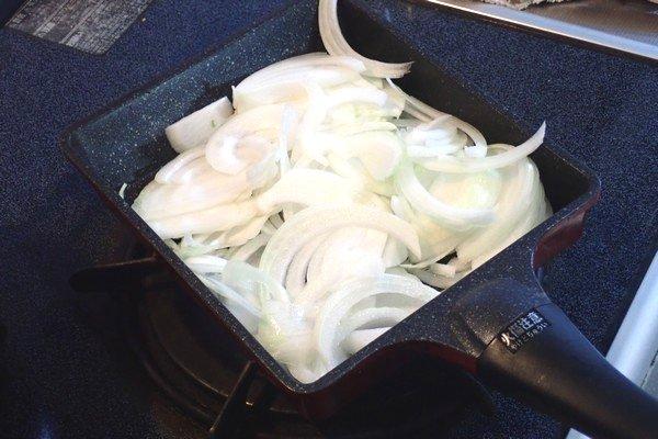 SiSO-LAB☆ふるさと納税・ジビエ・エゾ鹿肉の生姜焼き。鹿肉を焼いていくのですが、鹿肉が多いので玉ねぎは別のフライパンで焼いてみる。