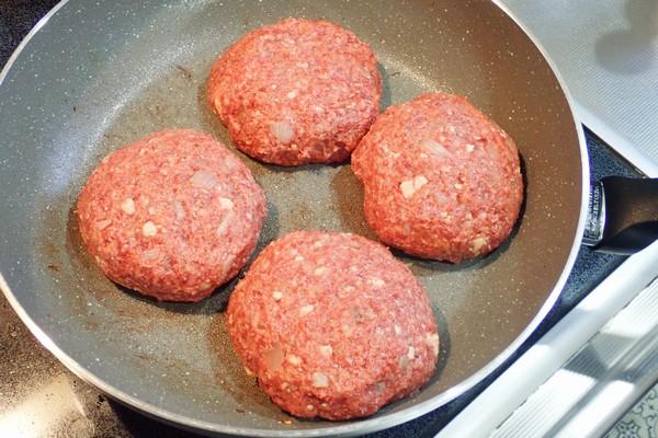 SiSO-LAB☆ふるさと納税・徳島県那賀町、阿波ジビエ 那賀町産シカ肉 ・イノシシ肉の合挽ミンチでハンバーグ。4つに分けて整形、焼きます。
