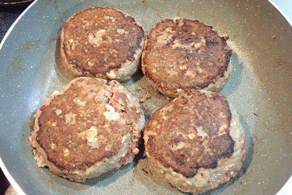 SiSO-LAB☆ふるさと納税・徳島県那賀町、阿波ジビエ 那賀町産シカ肉 ・イノシシ肉の合挽ミンチでハンバーグ。ひっくり返します。