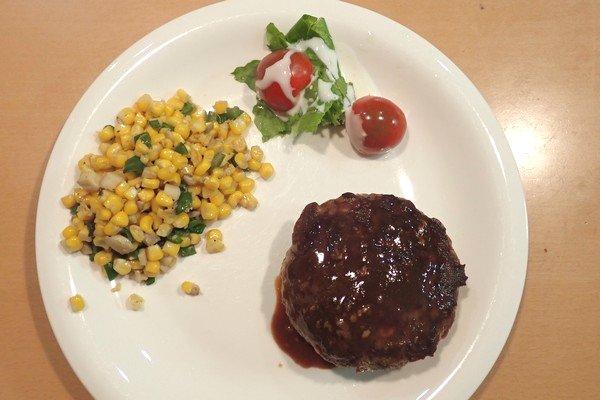 SiSO-LAB☆ふるさと納税・徳島県那賀町、阿波ジビエ 那賀町産シカ肉 ・イノシシ肉の合挽ミンチでハンバーグ。付け合わせもきれいにお皿にのせてみたよ。